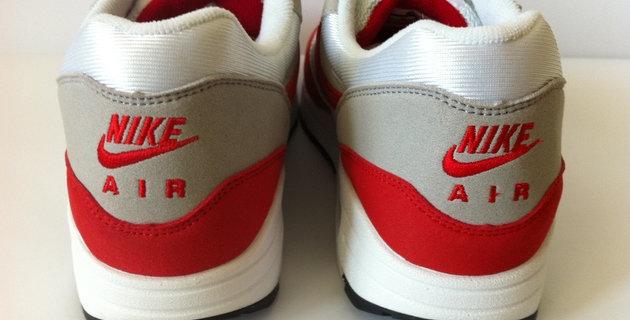 ae1be7e4 Выглядят они очень похожими, однако, в оригинальных кроссовках Nike Air Max  буквы гладкие, в подделке - на буквах встречаются «хвостики» от ниток.