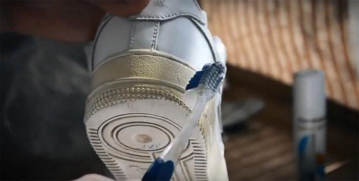 1ab73dafb ... слоя осветлителя на подошву. Постарайтесь распределить его по всей  поверхности. Не переживайте, если гель попадет на корпус кроссовок он не  повредит ...